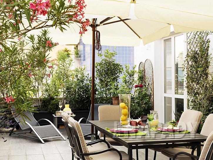 Slunečníky jsou zdrojem příjemného stínu na terase (Zdroj: depositphotos.com)