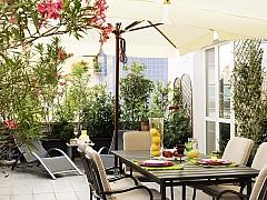 Stín na terase umožní posezení i v tropickém létě