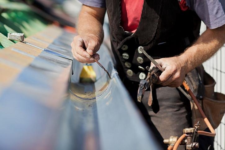 Při natírání střechy kontrolujeme a případně opravíme odtokové žlaby