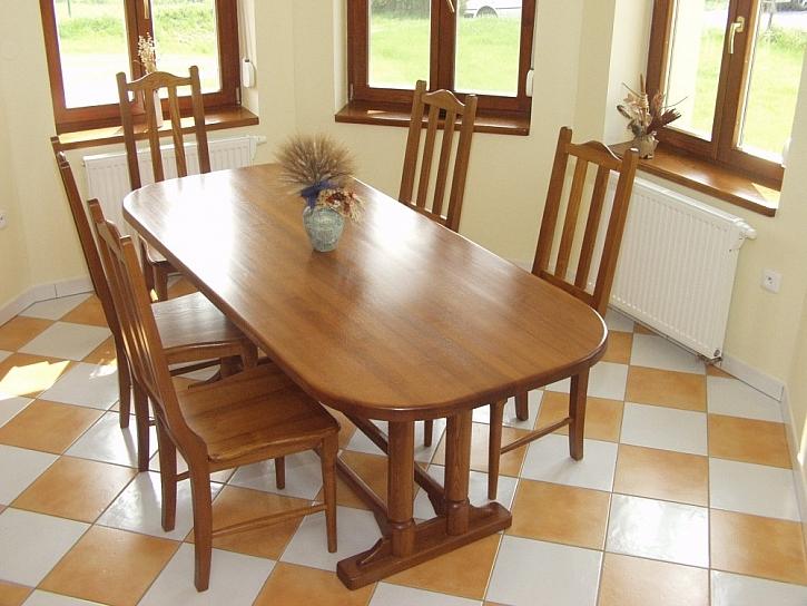 Jak vybrat stůl do jídelny