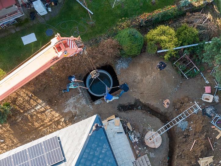 10. díl Online stavebního deníku předvede ukládání jímky na dešťovou vodu do země