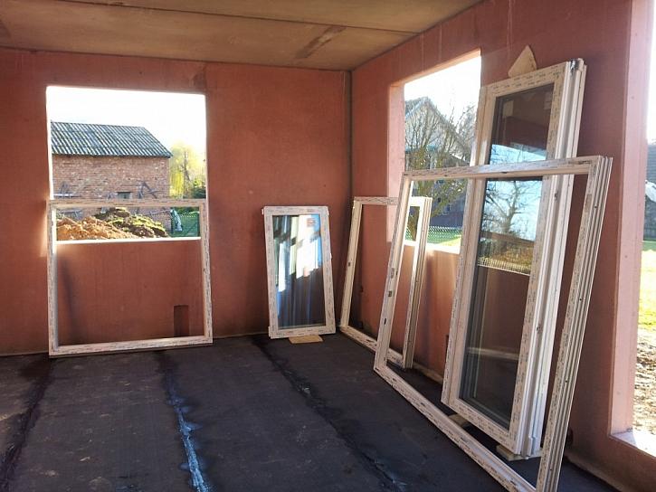 Uzavřená hrubá stavba k dokončení zahrnuje kromě jiného i dveře a okna