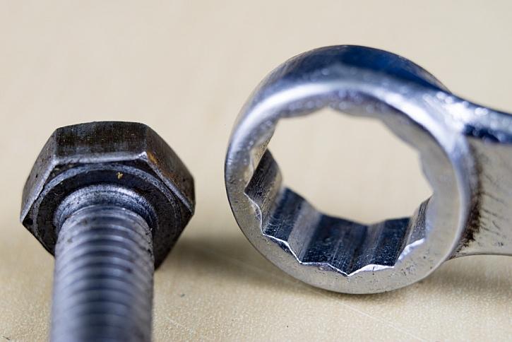 Detail plochého klíče s očkem