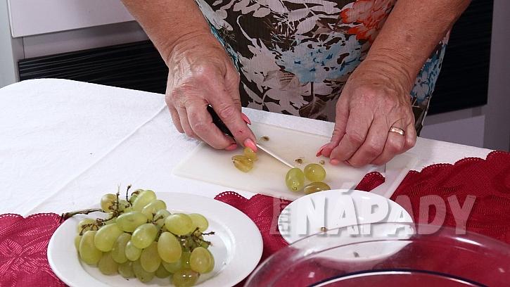 Recept na kuřecí salát: zeleninu a ovoce nakrájíme