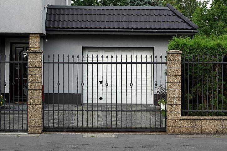 Brána s pojezdem je elegantní a praktické řešení vjezdu na pozemek (Zdroj: Depositphotos)