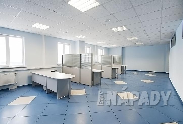 Čtvercové dlaždice linolea v prázdné kanceláři