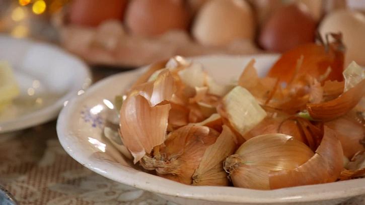 Jak vychytaně barvit vajíčka pomocí cibule