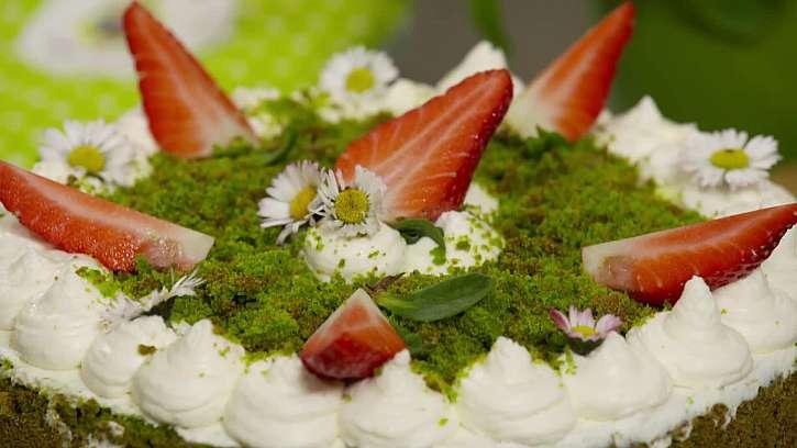 Jedlé květy na dortu
