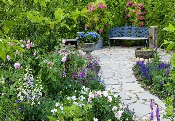Cesty a cestičky ve venkovské zahradě