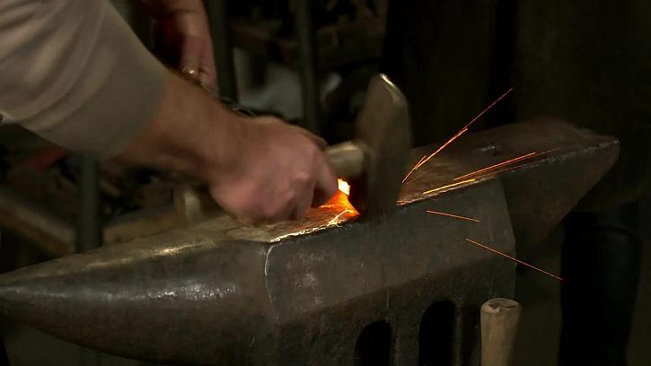 Kutí železa kladivem