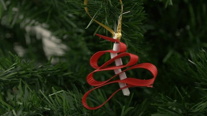 Drobná vánoční ozdoba na stromek se bude líbit dětem