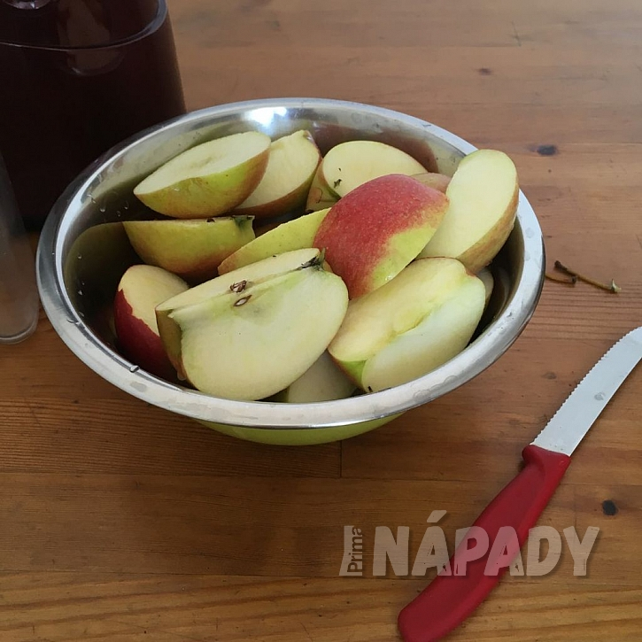 Jablka nakrájíme dle potřeby