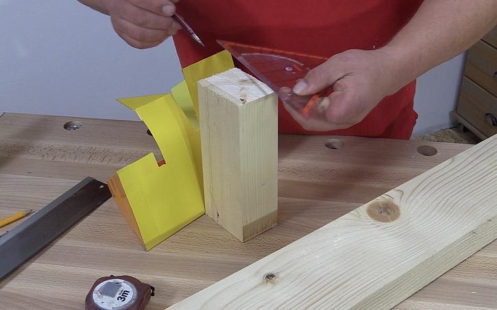 Pavel Kutil Zeman vyrábí cenu Effie: a maketu začne překreslovat na dřevo.