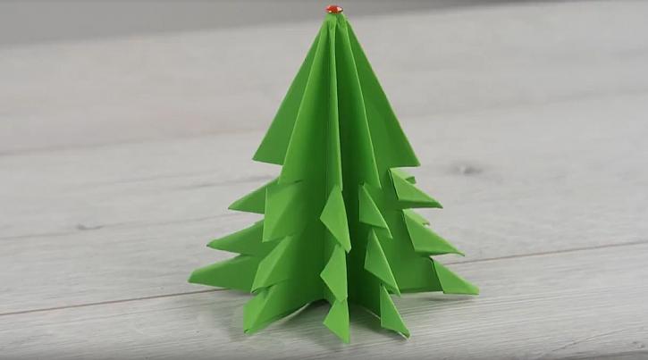 Vánoční stromek z papíru se hodí k papírovému betlému