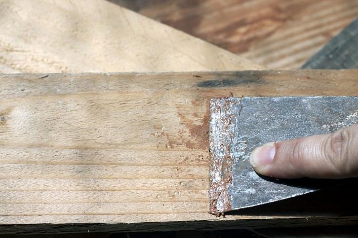 Jemné spáry ve dřevě