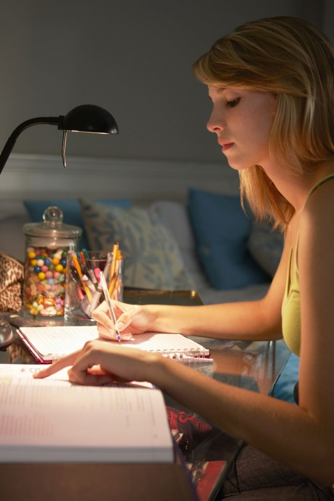 Zapnutou stolní lampu vždy doplňte i rozsvíceným centrálním osvětlením