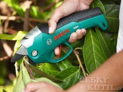 Akumulátorové zahradní nůžky na stromeček i pod něj