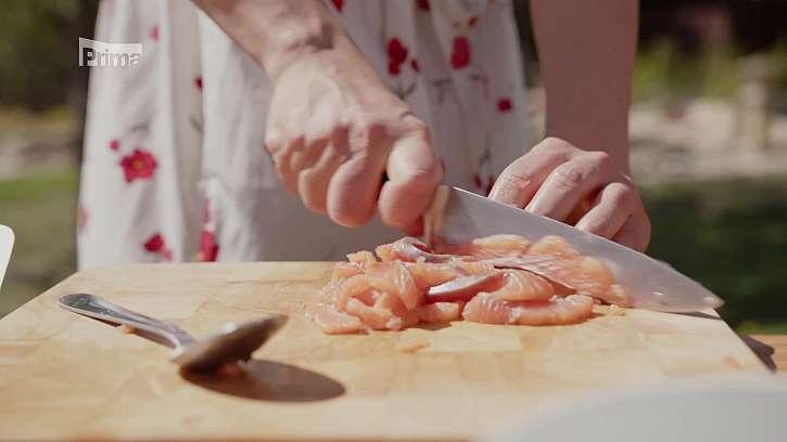 Krájení lososa velkým nožem