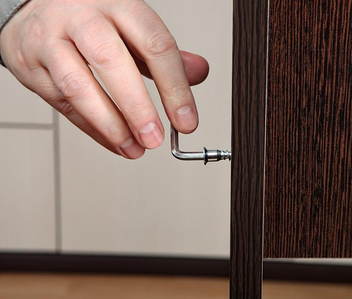 Utahování šroubu Imbus, typické je využití u nábytku