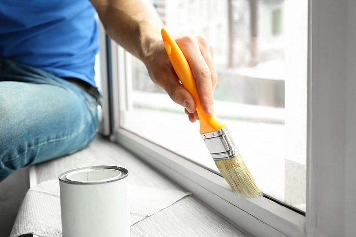 Začneme první vrstvou a důkladně natřeme všechna místa