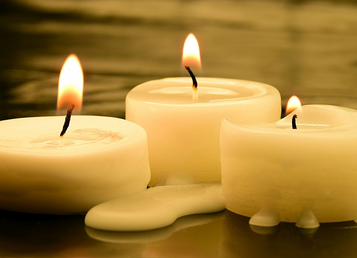 Vosk ze svíček vytváří nepěkné skvrny, kterých obtížně zbavujeme (Zdroj: Depositphotos)