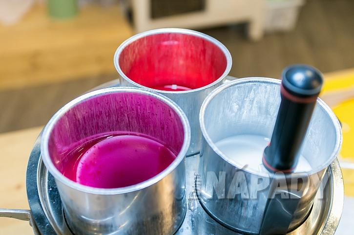 Na svíčky používáme parafín a pigmentové barvy