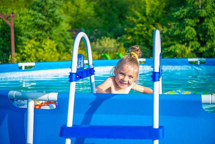 Chcete si užít koupací sezónu na své zahradě? Kupte bazén s konstrukcí