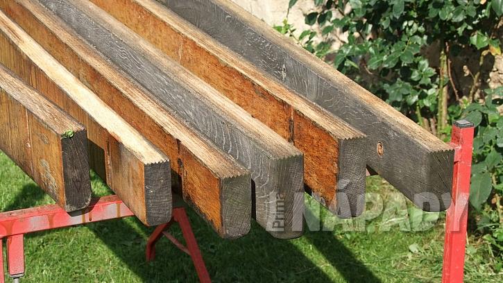 Renovace lavice: prkna ohoblujeme a opět použijeme