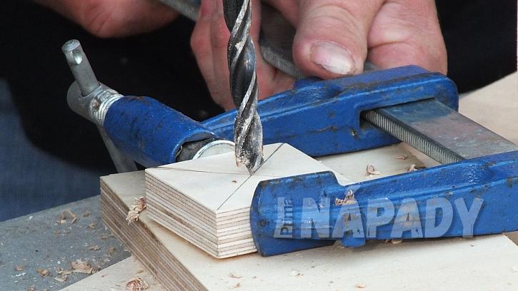 Stojánek na pásky a provázky: střed čtverce provrtáme