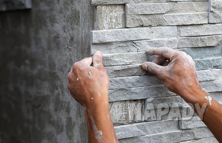 Kamenné obložení domu zvládne i šikovný stavař