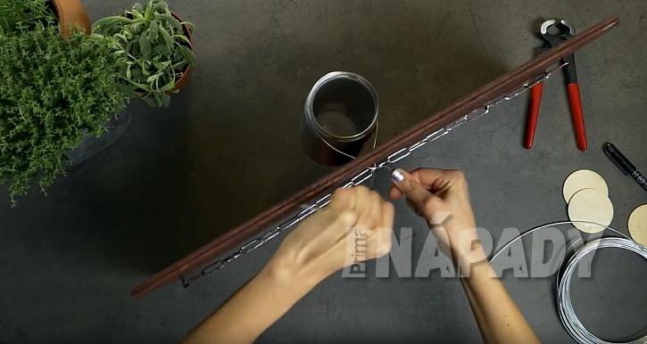DIY: Závěsný panel s květináči: připevněte řetěz i sklenice