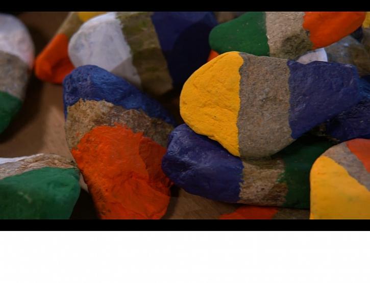 Vychytané domino z obyčejných kamenů