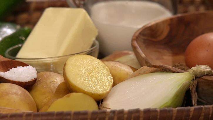 Brambory, máslo, sůl a cibule