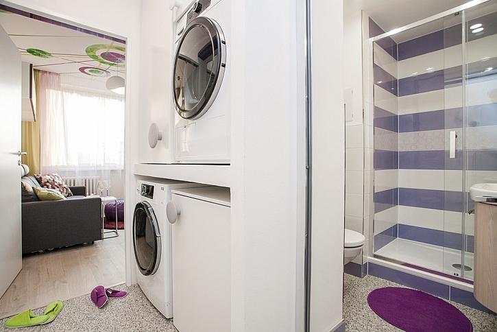 Pračka a sušička našly místo v chodbičce.