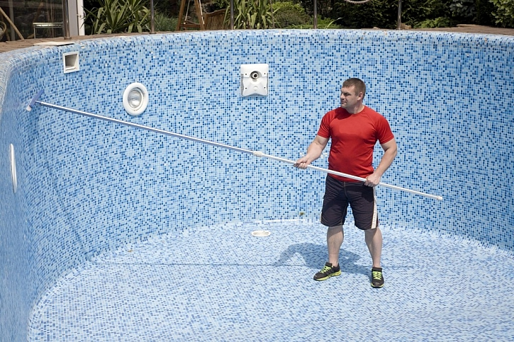Čištění stěn bazénu po vypuštění eliminuje nový výskyt řas