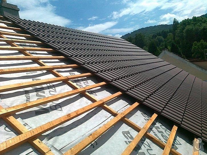 Na pokládku betonové nebo pálené střešní krytiny musíme mít odpovídající krov
