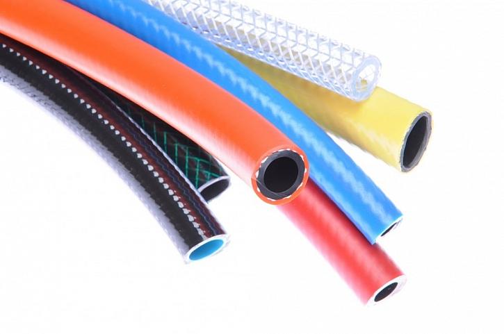Zavlažovacích hadice je mnoho. Nejpoužívanější jsou ovšem půl a třičtvrtěpalcové