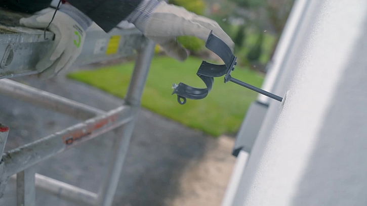 Na střeše zbývají udělat okapy a tak se vrhneme do montáže okapového systému