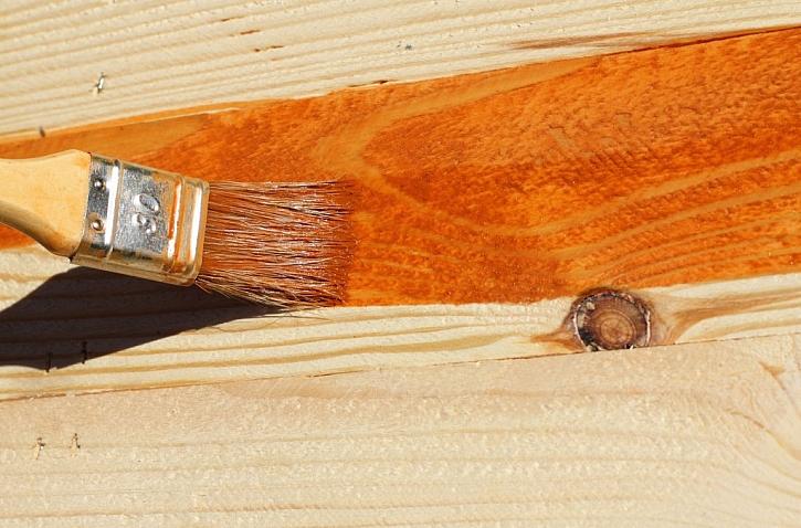 Ochranný nátěr prodlouží dřevu životnost a zvýrazní jeho krásu (Zdroj: Depositphotos)
