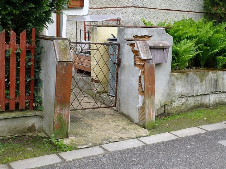 Antikutil zahrádkář má rozpadající se zeď