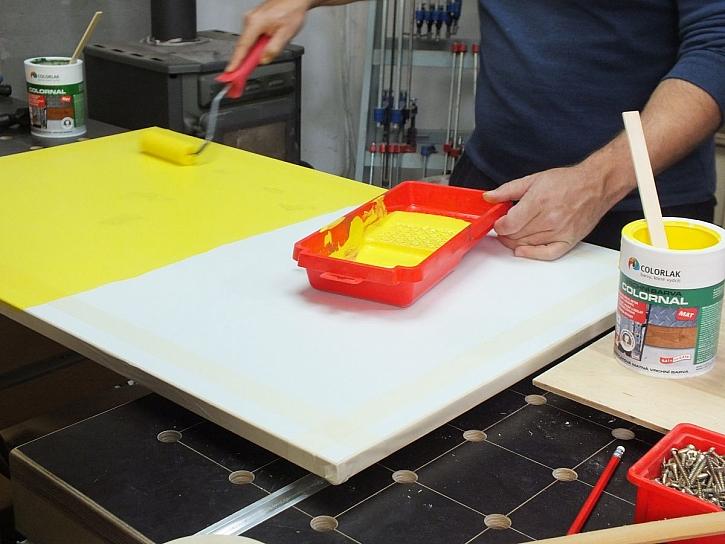 natírání žlutou barvou