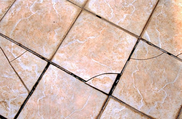 Nerovná podlaha způsobí následné praskání podlahy