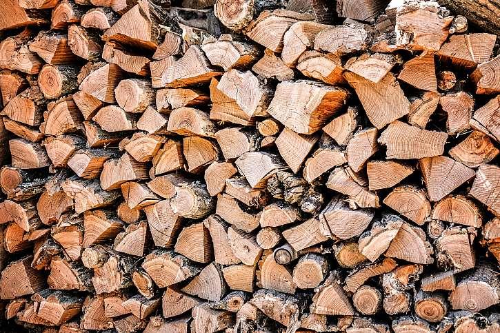 naštípané dřevo