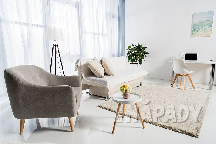 světlý obývací pokoj
