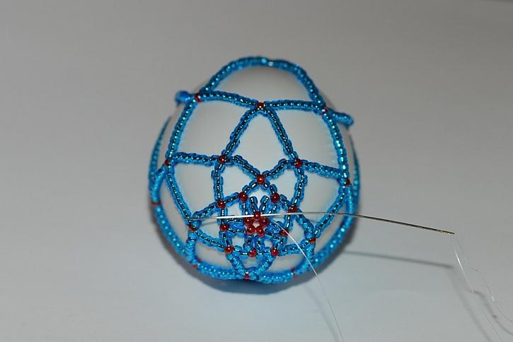 Zdobení velikonočních vajíček – korálková síťka