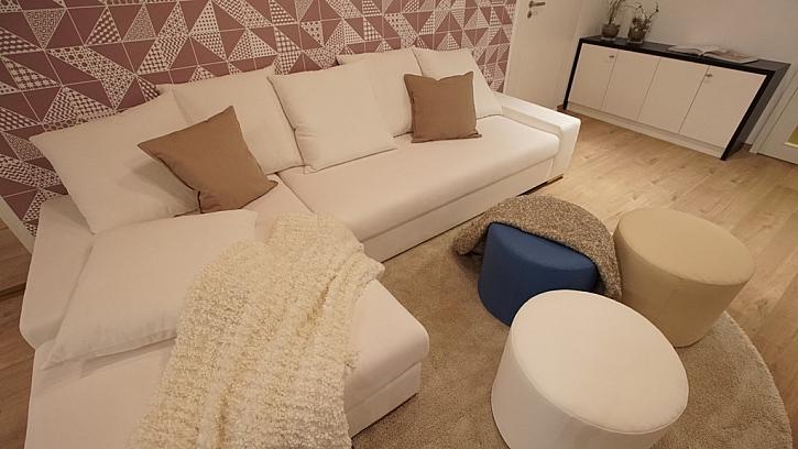Jednoduchá sedačka a barevná tapeta