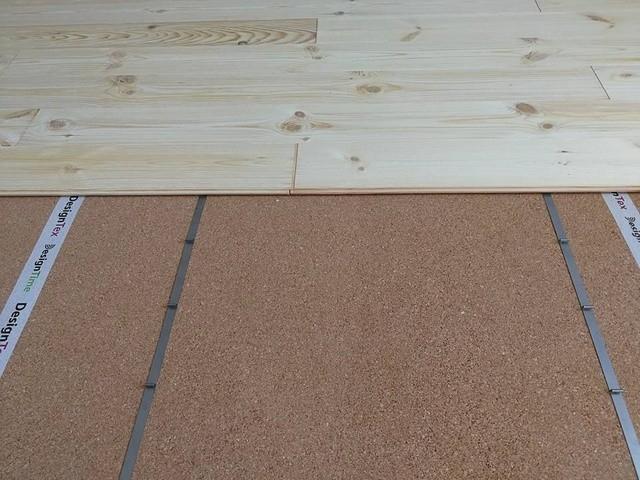 Masivní podlaha je pokládána plovoucím způsobem na sponky.
