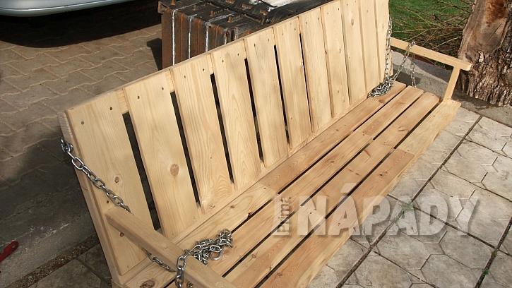 Zahradní houpačka: lavice je ze dvou laťových rámů