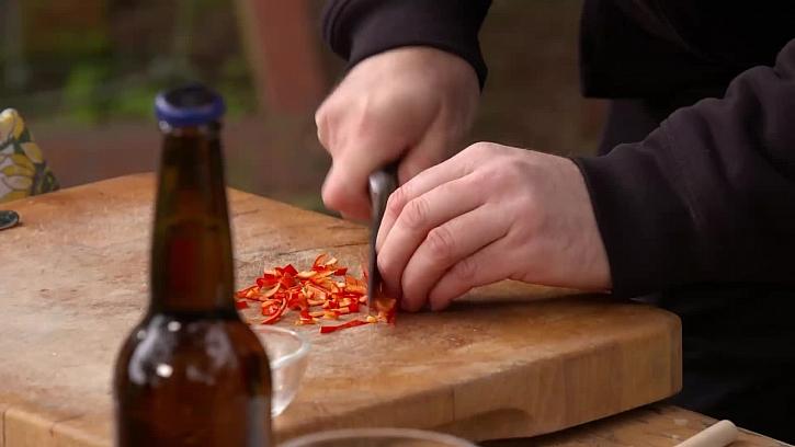 Krájení chilli papričky