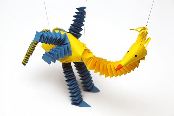 Udělejte dětem radost a zkuste jim vyrobit papírovou loutku pštrose. V tomto článku pro vás máme jednoduchý fotonávod jak na to! (Zdroj: Henkel)
